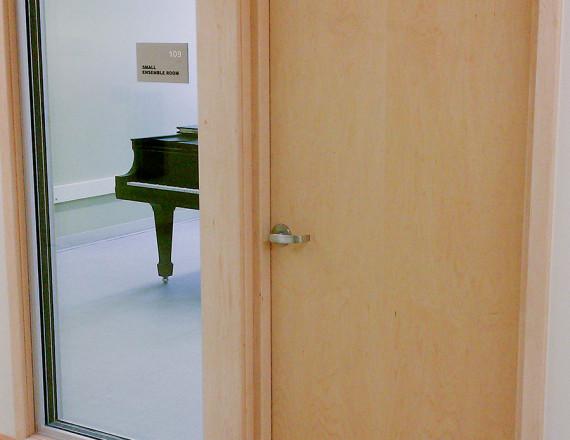 Hanggátló beltéri ajtó